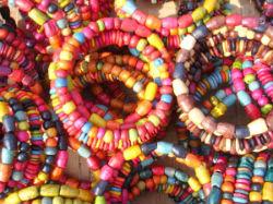 Les bracelets en bois colorés.