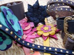 Les bracelets en cuir.