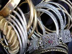 Les bracelets en métal.