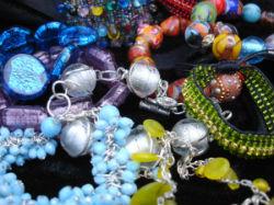 Les bracelets en perles.