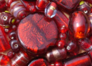 Perles en verre rouge
